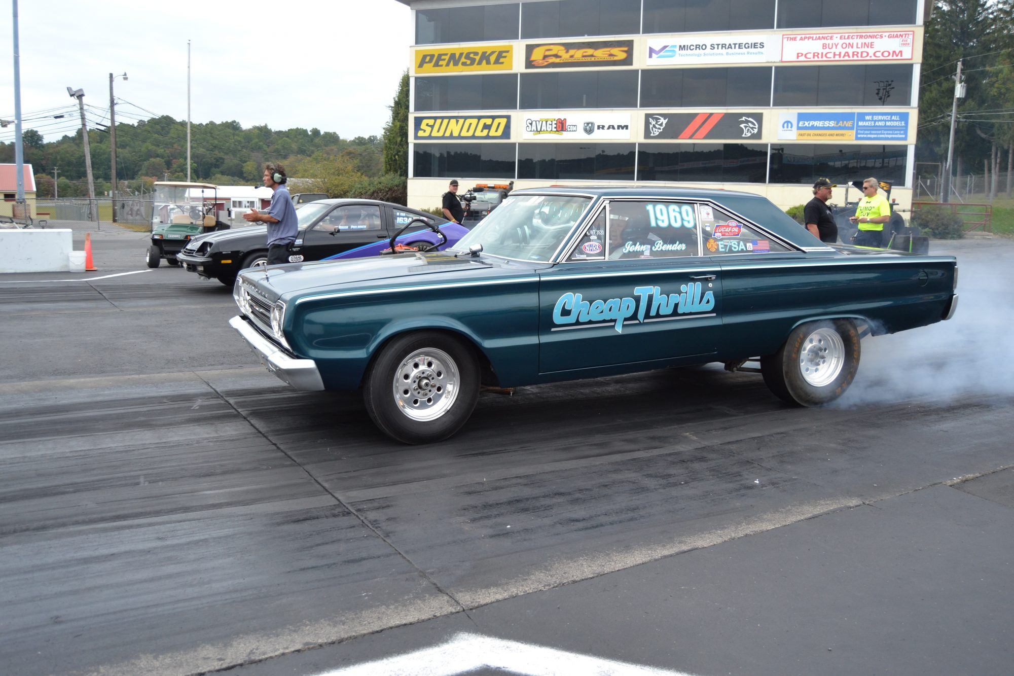 1967 Plymouth Satellite drag racing another car