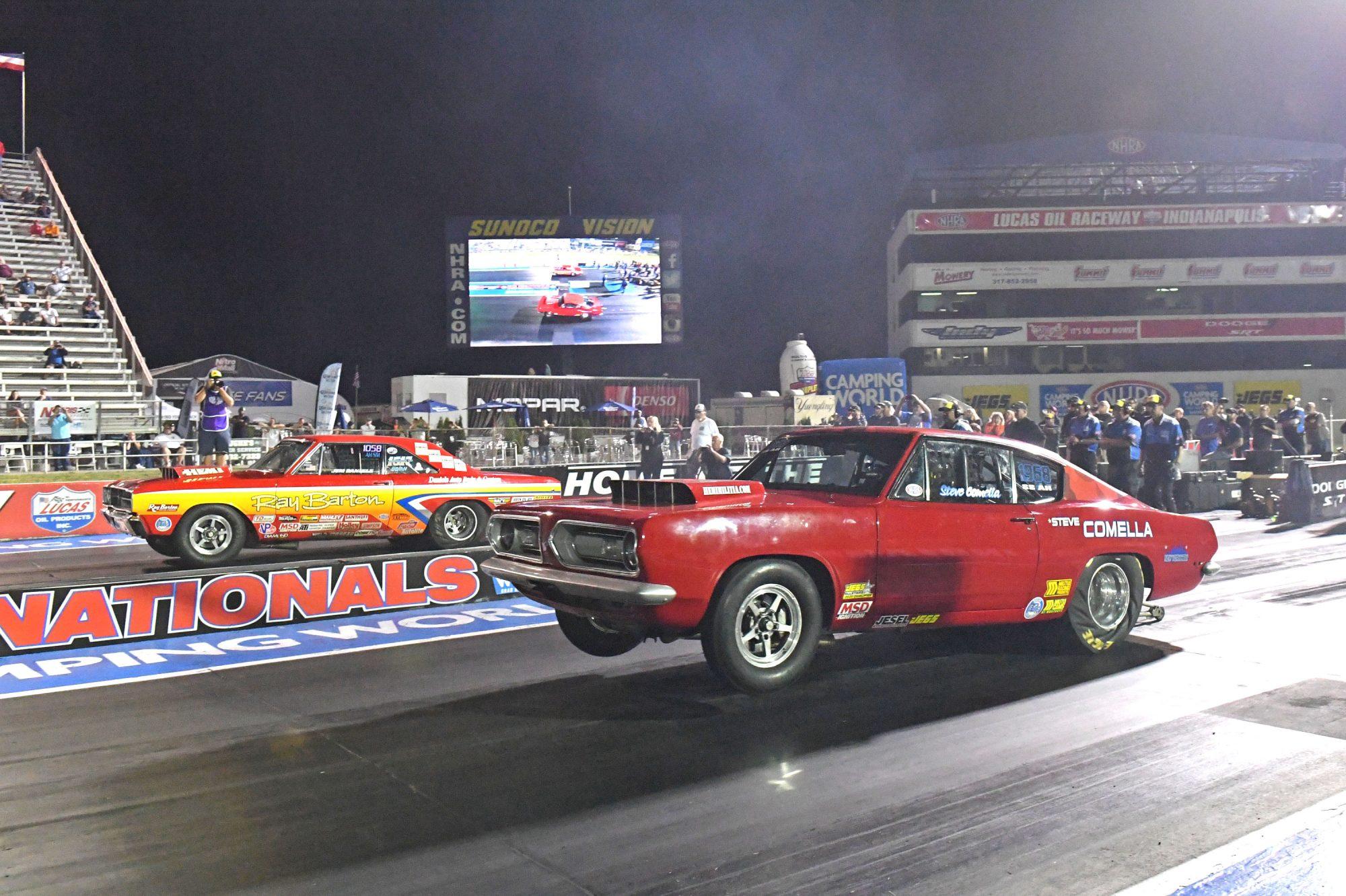 2 cars drag racing